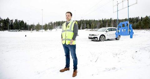 BEKYMRET: Anders Havdal i NAF mener mange, særlig menn 45 pluss, ikke er gode nok til å håndtere nyere biler på glatt føre. FOTO Lisbeth LUND Andresen