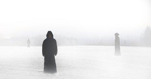 VANT 20 FLAXLODD: – Bakgrunnen er et tåkelagt jorde på Eidsvoll, og så fotograferte jeg meg selv i en mørk kappe i ulike positurer og plasserte det inn i bakgrunnen, forteller månedsvinner i RBs fotokonkurranse, Erik Scott Johannessen.