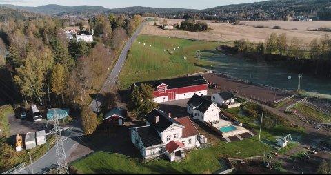 SELGER: Tomta som tilhører Haugestad gård er på 51 dekar. Med tomta følger kårbolig, hovedhus, og driftsbygning med stall.