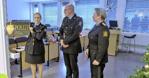 SLUTT: Sigrid Andreassen, visepolitimester Steinar Kaasa og politimester Beate Gangås på lensmannens siste arbeidsdag.Foto: Politiet