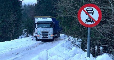 FEIL VEI: Denne trailersjåføren har valgt å overse skiltingen og forsøkt å ta turen over Smemyrveien. Det var tydeligvis ikke ås lurt.