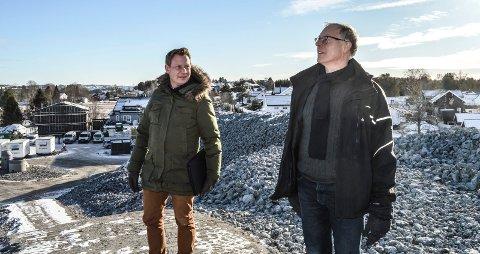 MARITOPPEN: Salgs- og markedsansvarlig Øystein Eriksen (t.v.) og prosjektleder Arvid Johannesen på toppen i Kiserødveien 67 på Store Bergan der småhusene skal oppføres.