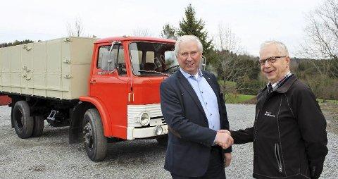 GJENSYN: Arild Hansen (til venstre) solgte denne lastebilen til Gunnar Sylliaas i 1978.