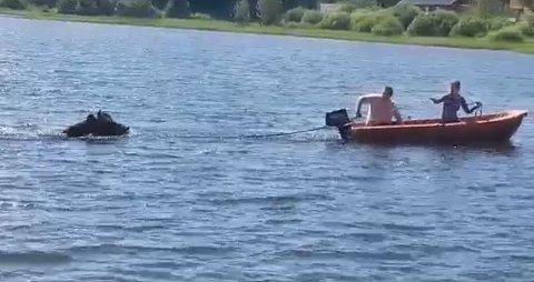 GOD RESPONS: Stian Eilefsen og samboeren Line Marie Andersen har med seg travhesten ut på svømmetur i Glomma.