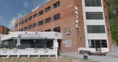 TRE FAT: Tyvene fikk med seg 90 liter øl eller rundt 180 halvlitere fra Notodden hotell søndag formiddag. Foto: Google streetview