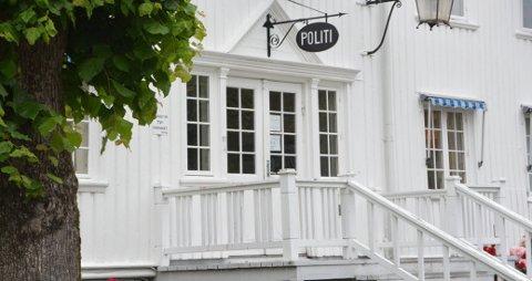 SLO INN RUTE: En mann i 30-årene bosatt i Kragerø slo inn ruta i inngangsdøra på Krgaerø politistasjon mandag ettermiddag. Foto: Per Eckholdt