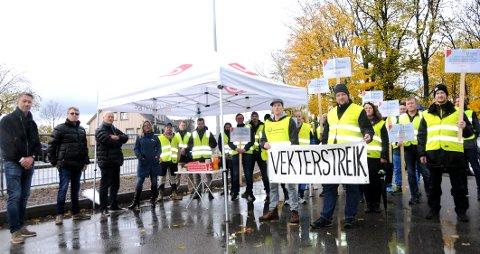 FORTSETTER KAMPEN: Vekterne har streiket siden 16. september. Mandag fikk de en ekstra støtteerklæring. Budskapet fra de streikende er tydelig: Vi fortsetter til vi får gjennomslag for kravene våre.