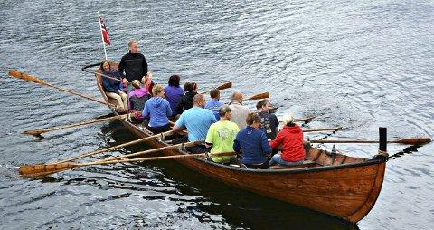Lynkurs: Du kan få prøve årene om bord i kirkebåten «Hjelmkonnå». Foto: Bøfjorden Historielag