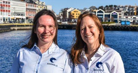 Fagleder for fiskehelse Barbo Klakegg (venstre) og avdelingsleder for oseanografi Jenny-Lisa Reed, er stolte av jobben de gjør i Åkerblå. Der følger de med og utvikler den norske oppdrettsnæringen.