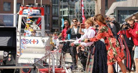 Gudmødrene Helene Olafsen og Åsne Havnelid åpnet hver sin sjampanjeflaske under dåpen på Aker Brygge fredag.