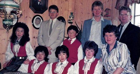 ALLE NI: Anne Marie og Johan Iversen bestemte seg for at de skulle ha syv barn. Her er den siste komfirmert. Fra venstre: Anne Mette, Marie,Carina og Renate. Bak Jostein, Gjermund og Jan Martin.