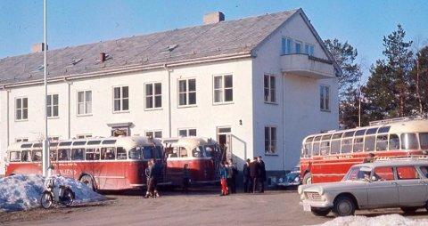 RIVES IKKE: Dette bildet ble brukt for å illustrere hvordan Øye skule så ut på 1960-tallet. Det viser seg at bildet er av herredshuset på Skei, et bygg som ikke skal rives.
