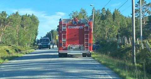 Føreren skal være uskadd etter hendelsen. Bilen lå i grøfta da nødetatene kom fram til stedet.