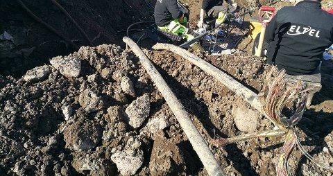 TVERS AV: Til høyre på bildet ser du kabelen som er kuttet.