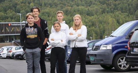 Ikke redde: Sondre Svendsen (18), Mads Torp Råbu (18), Simon Arneberg (18), Lina Birgitte Jørgensen (17) og Helene Granerud (17) er blant elevene som fryktet høye bøter hvis de parkerte ved skolen uten gyldig parkeringsbevis. Nå har de senket skuldrene, og ifølge Lina Birgitte setter elevene fra seg bilene på skolen området uten at det får noen konsekvenser. Foto: Arkiv/Marianne stene