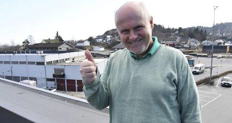 Kjell Lunde: Er storfornøyd med å ha snudd minus til pluss. Nå blir det knallhard satsing på sommeren. I bakgrunnen vaskeribygget, som også eies av Kjell Lunde, og som om få måneder vil være en av Norges største KIWI-butikker.