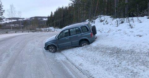 Trafikkulykke: Denne bilen sto i skråningen og delvis ut i vegbanen i Skrautvålsvegen mandag morgen.