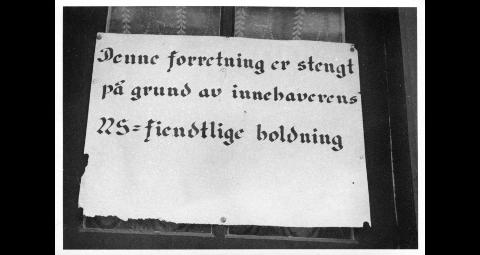 """STENGT: """"Denne forretning er stengt på grund av innehaverens NS-fiendtlige holdning."""" Plakat som annonserer stenging av forretningen til baker Haanæs på Røros, på grunn av NS-fientlig holdning under 2.verdenskrig"""