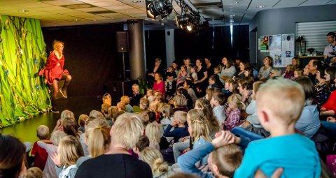 Bare en gang tidligere har så mange sett på barneteater i Ås kulturhus.