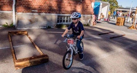 FIN STIL: Markus Solli Wiik (5) har akkurat lært seg å sykle. Her er han i aksjon i Ås kommunes nye hinderløype under Barnas verdensdag.