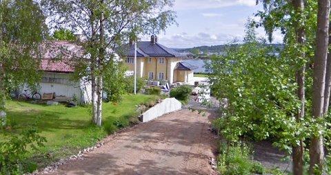 NED MOT SJØEN: Villaen ligger med utsikt utover Oslofjorden.