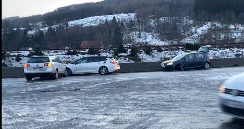 UHELDIG: Fire personbiler var uheldige på den glatte strekningen på E39 på Moi.