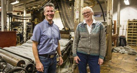 Dagleg leiar Øyvind Myhr og designar Berit Løkken inne i dei historiske produksjonslokala i Hillesvåg ullvarefabrikk