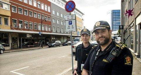 Oppgitt: Politibetjent Maria Mentzoni og politiførstebetjent Thorben Westgård er oppgitt over at enkelte bilister ikke klarer å lese skiltet bak dem i helgene.BEGGE FOTO: Alexander Kjønsø Karlsen