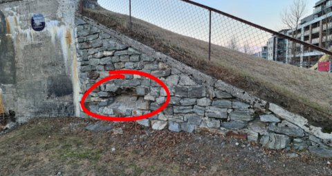 Steiner er fjernet fra muren ved bunkeren.