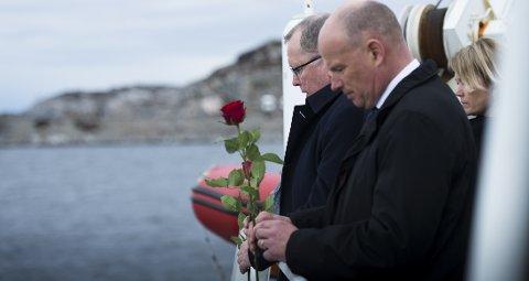 Pårørende besøkte Turøy ett år etter den tragiske helikopterstyrten. På bildet:  Eldar Sætre, konsernsjef i Statoil (lengst bak) og Arne Sigve Nylund, konserndirektør i Statoil.