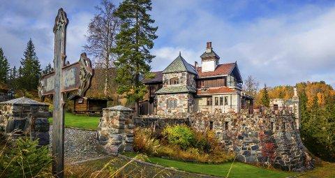 NASTADBORGEN: Hittil har borgen vært «hytta» til Svein Yngvar Dynge. Den er bygd de siste 15 årene, men ser ut som den stammer fra middelalderen.