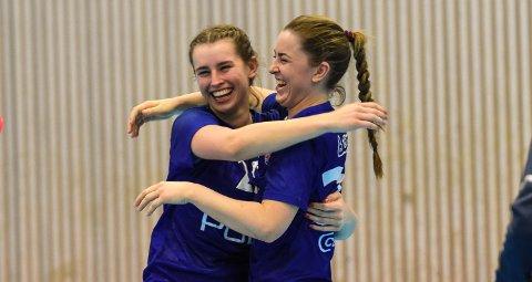 SÅNN DET SKAL VÆRE.  Ane Landås Hovland (t.v.) og Andrea Charlotte Borge er Reistads to eldste spillere, men gleder seg like mye som alle de andre ungjentene når de får det til  på håndballbanen.