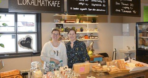 Kortreist: Nina Bergli og Cathrine Lie var smørblide på åpningsdagen av lokalmatkafeen. De serverte brownies, kaffe, kaker og ferskt brød.