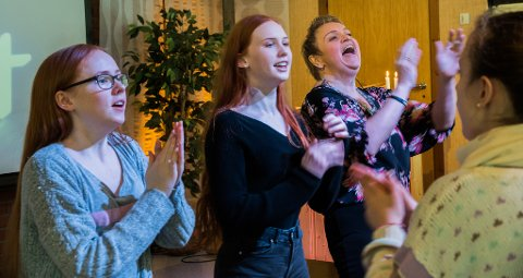 LIVLEG: Stemninga i bedehuset var energisk då Mari Lervik,  Heidi Leirvik og forsamlinsleiar Linda Rusken Santistevan oppmuntra til song og dans.