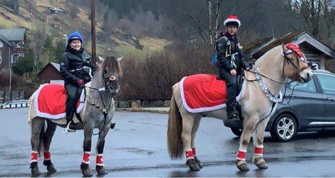 HESTEDAMER: Linn Cecilie Ullaland Ekreskar og Oddny Fagerheim Aase, jobbar på høvesvis aktivietseininga og på sjukeheimen. Tysdag var dei ridande julebukkar.