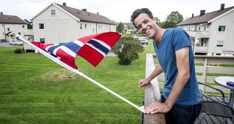 Hjemme: Abdulfattah Al-Mozzen (29) har skaffet seg balkongflagg til leiligheten på Lundheim. Etter å ha fått trygghet i Norge, ser han for seg en fremtid igjen. Foto: Geir A. Carlsson