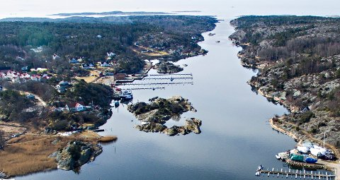 Natur og samfunn inviterer til vandring ytterst på Spjærøy (til venstre for sundet på bildet) søndag morgen.