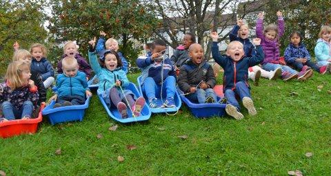 LITT TREGT PÅ GRESS: Det gikk ikke akkurat fort når fire- og femåringene i barnehagen testet akebrett på gress. Forhåpentligvis glir det lettere når de får i gang snøkanonen sin til vinteren.
