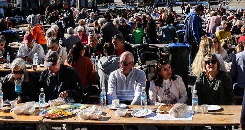 NY SUPPEFEST: Det var mildt sagt folksomt da Kirkens Bymisjon inviterte til suppefest på Stortorvet i forbindelse med fjorårets tv-aksjon. Nå  blir det suppefest igjen, denne gangen i Domkirkeparken under feiringen av bispedømmets 50-årsjubileum i slutten av mai.