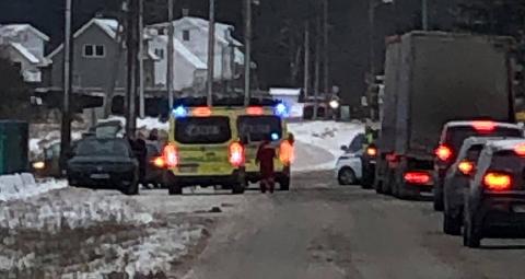 Både ambulanser, politi og brannvesen er på stedet to biler har kollidert.