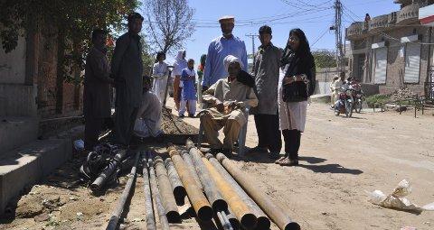 Manuell brønnboring: Samme dag som Rukhsana la fram sitt ønske om å bygge opp den gamle vannposten igjen, satte borefirmaet igang - med ren håndkraft.