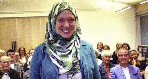 1 BLIKK: – Hijab brukes av kvinner som et redskap til å gå imot fordommer mot islam, mener historiker Margareta van Es, her fra foredraget i Gyldenborg. BILDER: Anita Krok, NRK og ulike skjermdumper.