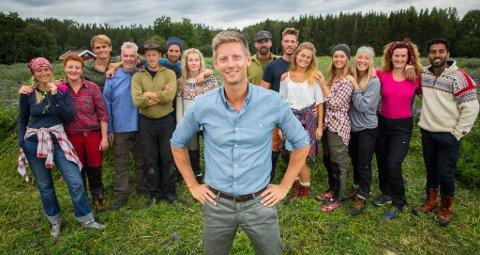 TILBAKE IGJEN: Her er programlede Gaute Grøtta Grav sammen med deltakerne som flyttet inn på Finnsvika sommeren 2016.