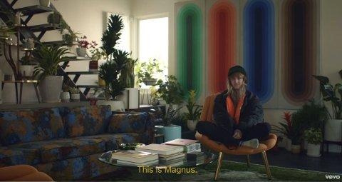 SKJERMDUMP: Slik åpner videoen til Magnus August Høiberg, aka Cashmere Cat, til låta «9 (after Coachella)». Etter mange år uten å slippe media innpå seg, letter Cashmere Cat på sløret i dene musikkvideoen.