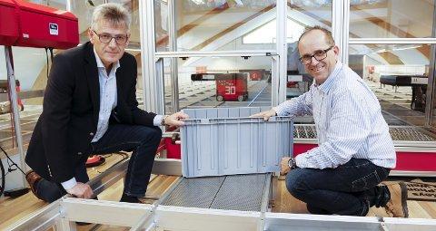 LISTET: Selskapet fra Nedre Vats er å finne på Financial Times' nyeste kåring. Her viser konsernsjef Karl Johan Lier (t.v.) og produktsjef Ivar Fjeldheim hvordan systemet virker.