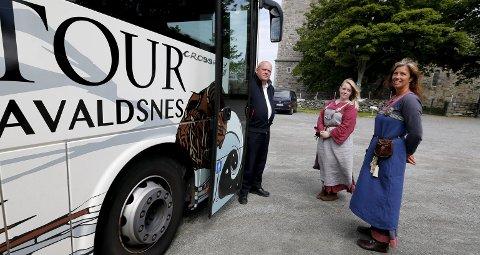Ser etter interesserte: Harald Jacobsen (f.v.), bussjåfør på Vikingbussen, Madeleine Simonsen, guide på Avaldsnes og Monica Dimitrova fra Karmøy kulturopplevelser. Foto: Alfred Aase