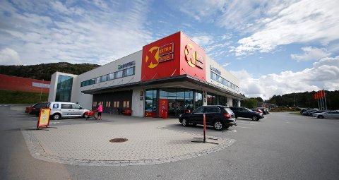 SELGERE: Fjordkraft bekrefter at de hadde selgere utenfor Coop Extra på Frakkagjerd mandag formiddag.