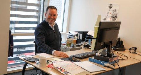 PÅ JOBB: Arne Olav Hope på plass bak pulten sin i Vanadis' lokaler i 2. etasje i Haraldsgata 190. Vegg i vegg sitter Asbjørn Helgeland, som han kjenner fra barndomsårene i søre bydel.