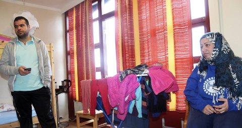 1: Abdalmalek Khalas og Nora Aktani har vært på Hattfjelldal mottak siden april og får beskjed om at Stokke blir deres bostedskommune. Nå venter de bare på at kommunen skal ta kontakt. for et 2-årig integreringsprogram,  2: Ahmad Abdelsamie, Ayanle Bashir Hassan og Julal Awan.  3: Det er fortsatt uklart hva som skjer med bygningene etter 1. desember.  4: Tor Sverre Mjølkarlid er vaktmester i kommunen og har fullt opp med å tømme lokalene.  5: Al Mohammed Faraj fra Syria spør på post når resepsjonen er åpen. Mottaksleder Jim Ingebrigtsen t.h.  6: Fattiya Acili fra Somalia roser Hattfjelldal. Nå ønsker hun seg til Kristiansand. – Jeg har venner der.  7: Abdi Mohamed Ali, Yemone Mehari og Farton Abdullahi Abdi er bosatt i Hattfjelldal og får grunnskoleundervisning av lærer Aud Ringsø  8: Det er stille på mottaket en helt vanlig formiddag i oktober.