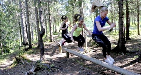 1 Spensthopp: Stokkene i Kippermoskogen egner seg glimrende til å trene spenst. Caroline Aune, Tonje Stålsett Nes og Taran Ulvang demonstrerer.  2 STYRKE: Intensiteten kan varieres ved å kun bruke kroppsvekt som belastning.  3 FANTASI: Det gjelder å bruke fantasien når man planlegger ei økt.  4 SOSIALT: Trening ute er sosialt. 5 KOSAKK: Styrkeøvelse med balansetrening.  6 ARTIG: – Å trene ute er artigere enn å være inne når været er bra, mener Taran, Caroline og Tonje. 7 TRAPPEHOPP: Trappene ved friidrettsbanen egner seg ypperlig til spensttrening. 8 OPPVARMING: Stiene rundt på Kippermoen er ypperlige til oppvarming.